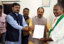 जौनपुर : कांग्रेसी नेता डा. प्रमोद ने साथियों संग सांसद को दिया ज्ञापन