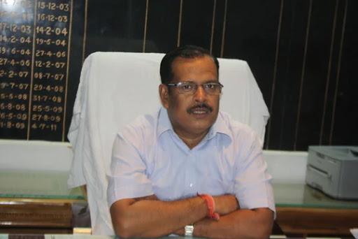 जौनपुर। जिलाधिकारी दिनेश सिंह एवं आरक्षी अधीक्षक अशोक कुमार ने उमानाथ सिंह सीनियर सेकेण्डरी स्कूल जफराबाद में कोटा से आकर  रूके बच्चों का हालचाल लिया। कोटा से जौनपुर आये 468 बच्चों में से 172 बच्चे इस स्कूल में रूके हैं जिनका रैपिड टेस्ट किया जा रहा है। टेस्ट के बाद जिन बच्चों की रिपोर्ट नेगेटिव आयेगी, उनको घर भेज दिया जायेगा। इस मौके पर जिलाधिकारी ने कहा कि घर जाकर बच्चे 14 दिन के होम क्वारेंटाइन में रहें। घर में किसी भी सदस्य को स्पर्श न करें। साथ ही उन्होंने उपजिलाधिकारी सदर अवनीश सिंह को निर्देश दिया कि बच्चों के खाने-पीने की समुचित व्यवस्था की जाय। उन्हें यहां किसी भी प्रकार की परेशानी न हो। इस अवसर पर जिलाधिकारी दिनेश सिंह के अलावा आरक्षी अधीक्षक अशोक कुमार, थानाध्यक्ष जफराबाद मदन लाल, डा. आईएम त्रिपाठी, डा. राजेश कुमार, डा. प्रवीण श्रीवास्तव सहित तमाम लोग उपस्थित रहे।