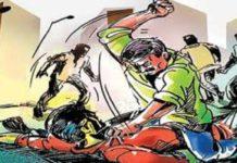 चंदन अग्रहरि शाहगंज, जौनपुर। क्षेत्र के दो अलग-अलग स्थानों पर हुई मारपीट की घटना में चार लोग घायल हो गए। घायलों को उपचार के लिए पुरुष चिकित्सालय लाया गया। क्षेत्र के अरगुपुर खुर्द गांव में मंगलवार की दोपहर नाली विवाद को लेकर पड़ोसियों ने कुंज बिहारी 42, अरूण 26 व संदीप 18 गंभीर रूप से घायल हो गए। वहीं दूसरी घटना ताखा पूरब गांव में मंगलवार को मामूली विवाद को लेकर पड़ोसियों ने सरिता 35 लाठी-डंडे से मारपीट कर घायल कर दिया। सभी घायलों को उपचार के लिए पुरुष चिकित्सालय लाया गया। जहां हालत गंभीर देखते हुए चिकित्सकों ने अरूण व कुंज बिहारी को जिला अस्पताल रेफर कर दिया।