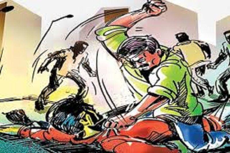 मुंगराबादशाहपुर, जौनपुर। स्थानीय क्षेत्र के पंवारा थानान्तर्गत अमोघ गांव में बीती रात जमीनी विवाद में हुई मारपीट में महिला  समेत दो लोग गम्भीर रूप से घायल हो गये। बताते हैं कि उक्त ग्राम में जमीनी विवाद में पहले गाली-गलौज शुरू हुआ जो देखते ही देखते मारपीट में बदल गयी। इसमें 40 वर्षीय राजेश यादव व 35 वर्षीय प्रमिला यादव गम्भीर रूप से घायल हो गये। परिजनों ने सभी घायलों को उपचार हेतु प्राथमिक स्वास्थ्य केन्द्र सतहरिया में भर्ती कराया जहां दोनों का इलाज चल रहा है। पंवारा पुलिस पीड़ित की तहरीर पर मुकदमा दर्ज कर जांच श्ुारू कर दी।