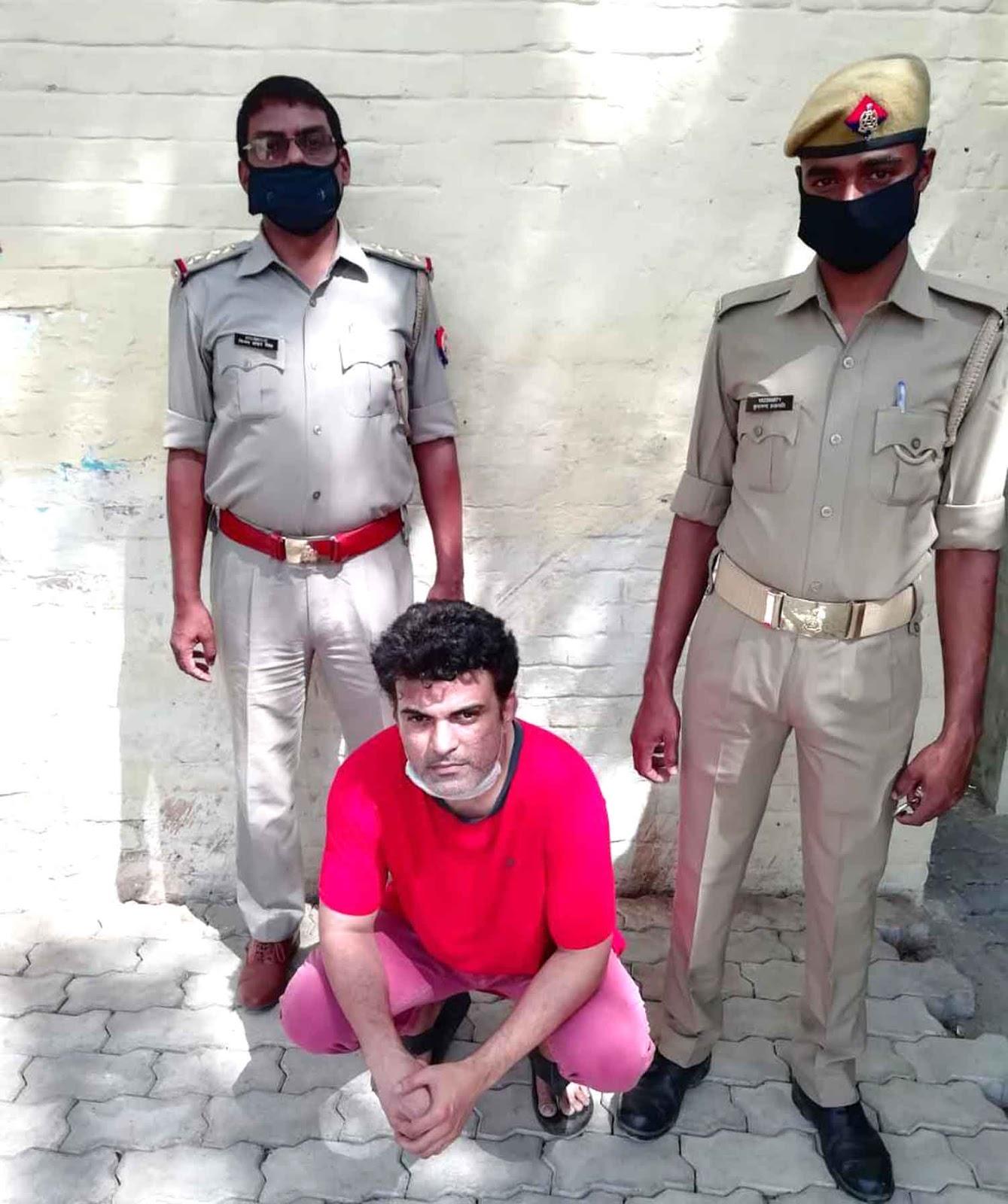 जौनपुर। पुलिस अधीक्षक अशोक कुमार के निेर्दशन में अपराध एवं अपराधियों के विरूद्ध प्रभावी नियंत्रण एवं कार्यवाही हेतु चलाये जा रहे अभियान के तहत लाइन बाजार थाना प्रभारी निरीक्षक दिनेश प्रकाश पाण्डेय के नेतृत्व में निरीक्षक विजय शंकर सिंह, म0उ0नि0 आरती सिंह मय हमराह का. पंकज पुरी व देवानन्द चेकिंग संदिग्ध वाहन/व्यक्ति तलाश वांछित अभियुक्त के क्षेत्र में मामूर थे। प्राप्त जानकारी के अनुसार वांछित अभियुक्त सद्भावना कालोनी सिटी स्टेशन के पास थाना लाइनबाजार निवासी फरहान खान पुत्र अब्दुल हमीद खान सिटी स्टेशन की तरफ जा रहा है। जिसके बाद पुलिस ने सक्रियता दिखाते हुए उसे सिटी स्टेशन के सामने से गिरफ्तार कर लिया। अभियुक्त ने फेसबुक पर आपत्तिजनक टिप्पणी किया था।