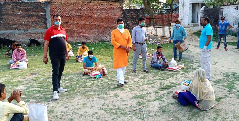 जौनपुर। लॉकडाउन के पहले दिन से पूर्व सांसद धनंजय सिंह की टीम लगातार लोगों की मदद कर रही है। टीम गरीब, असहाय, जरूरतमंदों को राशन सामग्री उपलब्ध करा रही है ताकि वे भूखे न सोयें। इसी क्रम में रविवार को पूर्व सांसद के नगर स्थित आवास पर एमएलसी बृजेश सिंह प्रिंशू ने अपने हाथों से सैकड़ों जरूरतमंदों को राशन सामग्री वितरित किए। तेजस टूडे डॉट कॉम उन्होंने कहा कि आज पूरा देश एकजुट होकर कोरोनावायरस से लड़ रहा है। ऐसे में कई परिवार ऐसे हैं जिनके पास खाने—पीने का सामान तक नहीं है। ऐसे में हम सभी का यह कर्तव्य है कि लोगों तक राशन व खाने का सामान मुहैया करवायें। इस मौके पर संघ के विभाग प्रचारक संतोष जी, नगर सेवा प्रमुख राजीव जी, सुरेश सिंह, अभिषेक, नवीन सिंह, देवेंद्र तिवारी आदि उपस्थित रहे।