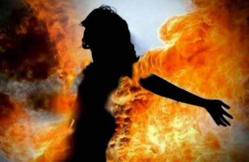 धर्मापुर,  जौनपुर। गौराबादशाहपुर थाना क्षेत्र के एक गांव में मां की डांट से क्षुब्ध होकर एक युवती ने खुद को आग लगा ली। परिजनों ने तुरंत उपचार के लिए जिला अस्पताल भिजवाया, जहां पर उसकी हालत गंभीर बनी हुई है। उक्त थाना क्षेत्र के मेहउडा गांव की युवती अंजली पुत्री विजेन्द्र शुक्रवार को सुबह मां की डांट से नाराज होकर अपने शरीर पर मिट्टी का तेल डालकर आग लगा ली। उक्त युवती को उसकी मां ने सुबह उसे भोजन बनाने के लिए कहा, जिसपर अंजली ने विलंब किया। इसी बात को लेकर उसकी मां ने उसे डांट दिया और वह खेत में गेहूं काटने चली गई। इधर मां के डांट से नाराज अंजली घर में किसी को न देख खुद पर मिट्टी का तेल डालकर अपने शरीर में आग लगा ली। आग लगने के बाद उसकी चीख सुनकर आसपास के लोग व उसके परिजन मौके पर पहुंचे तो देखा कि वह जल रही थी। लोगों ने तत्काल आग को बुझाया और 108 एम्बुलेन्स से गंभीर रूप से झुलसी अंजली को जिला अस्पताल भिजवाया। जहां उसकी हालत गंभीर बताई जा रही है। आग की चपेट में आने से युवती अंजली गंभीर रूप से झुलस गई।