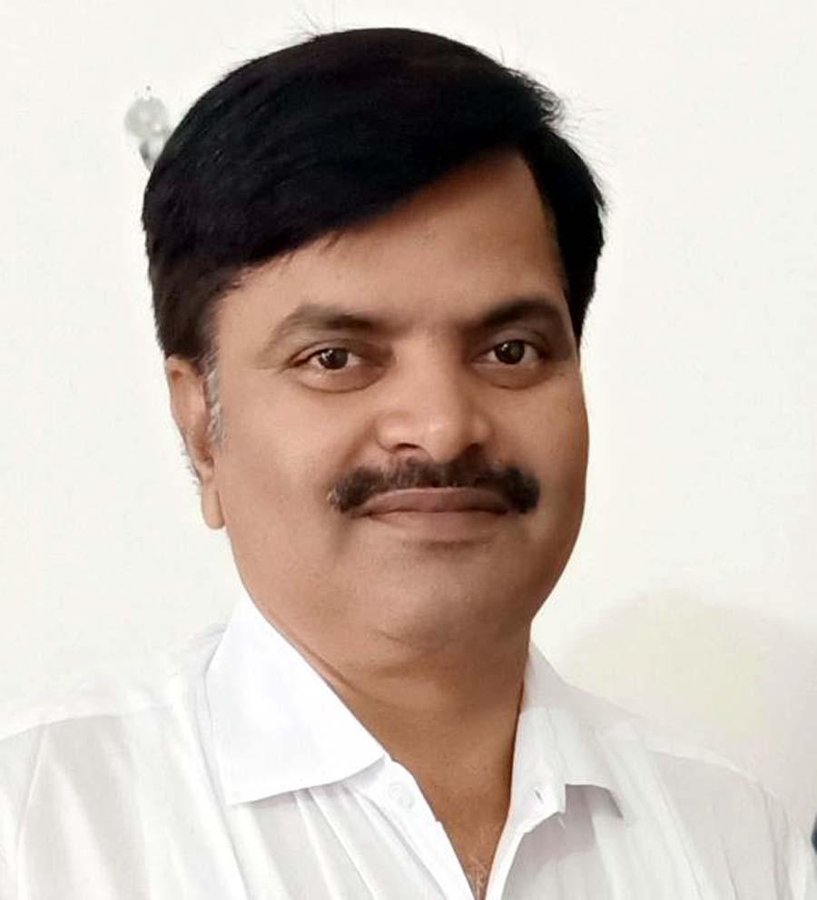 जौनपुर। वीर बहादुर सिंह पूर्वांचल विश्वविद्यालय के राष्ट्रीय सेवा योजना के समन्वयक डा. राकेश यादव ने विवि परिक्षेत्र के महाविद्यालयों  के स्वयंसेवकों-सेविकाओं को लॉक डाउन के दौरान बेहतर कार्य करने का दिशा निर्देश दिया। उन्होंने बताया कि यह निर्देश डा. अंशुमालि शर्मा विशेष कार्याधिकारी एवं राज्य सम्पर्क अधिकारी उत्तर प्रदेश शासन एवं डा. अशोक श्रोती क्षेत्रीय निदेशक भारत सरकार ने उत्तर प्रदेश के रासेयो कार्यक्रम समन्वयकों एवं समस्त जनपदों के नोडल अधिकारियों की वीडियो कांफ्रेंसिंग से हुई बैठक के दौरान दी है। कार्यक्रम समन्वयक डा. राकेश यादव ने कहा कि आजमगढ़, मऊ, जौनपुर एवं गाजीपुर जनपद के स्वयंसेवकों व सेविकाओं को अपने आस-पास मास्क निर्मित करके स्थानीय प्रशासन की मदद से लोगों में बांटने का कार्य करें। कई क्षेत्रों में यह कार्य स्वयंसेवकों द्वारा प्रारम्भ किया जा चुका है। उन्होंने कहा कि आरोग्य सेतु को डाउनलोड करने के लिये वृहद स्तर पर जागरूकता अभियान चलायें। प्रत्येक नोडल अधिकारी को यह जिम्मेदारी दी गयी कि वह अपने जनपद के समस्त कार्यक्रम अधिकारियों के साथ समन्वय कर स्वयंसेवकों का एक व्यापक नेटवर्क तैयार कर लें एवं व्हाट्सएप ग्रुप के माध्यम से सूचनाओं के प्रवाह को सुनिश्चित करायें उन्होंने रासेयो के वालिंटियर्स को आई गाट-दीक्षा पोर्टल रजिस्ट्रेशन करने का कहा। साथ ही कहा कि राशन वितरण में प्रशासन का सहयोग करें। इसके अलावा जनपद स्तर पर रासेयो की इकाइयों द्वारा जो भी कार्य किया जायेगा, वह स्थानीय प्रशासन को सूचित कर उनके सहयोग से करें।