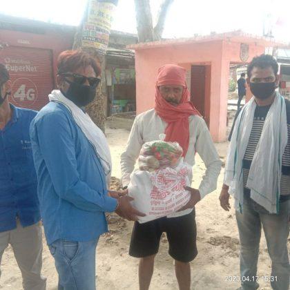 अतुल राय जलालपुर, जौनपुर। स्थानीय क्षेत्र के त्रिलोचन महादेव में समाजसेवी सुशील त्रिपाठी एवं महिमापुर निवासी व्यवसायी गिरजाशंकर यादव के  सहयोग से गरीबों को राशन वितरण किया जा रहा है। इसी संदर्भ में इन्होंने व्यापार मंडल अध्यक्ष पंकज मिश्रा त्रिलोचन महादेव की अपील पर 6 परिवारों को राशन वितरण किया जिनकी कुल संख्या 18 से 20 रही। पंकज मिश्रा का कहना था कि उनका यह प्रयास रहेगा कि मुसीबत की इस घड़ी में प्रशासन के सहयोग से जितने लोगों की मदद होगी, की जायेगी। मुसीबत की इस घड़ी में प्रशासन द्वारा दिया गया यह सहयोग उनके लिए मील का पत्थर साबित होगा। उनके साथ लेखपाल रामशंकर सिह, अशोक, अश्विन श्रीवास्तव आदि उपस्थित रहे।