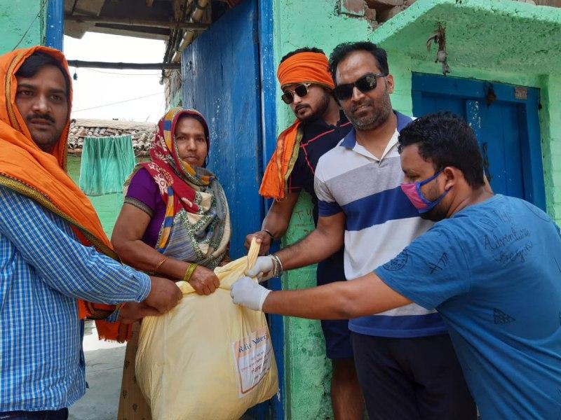डा. सुबोध सिंह पटना। जनपद के बख्तियारपुर नगर क्षेत्र में पिछले कई सप्ताहों से एक होटल में अवस्थित मोदी किचन  के सौजन्य से स्थानीय सांसद एवं केंद्रीय कानून मंत्री रविशंकर प्रसाद द्वारा कोरोना वायरस जैसी घातक महामारी के चलते लॉक डाउन में फंसे गरीबों के लिए 100 पैकेट भोजन वितरण प्रतिदिन किया जा रहा है। साथ ही गरीबों के घर-घर जाकर राशन भरी पैकेट का भी वितरण किया जा रहा है। इस आपदा राहत का नेतृत्व भाजपा नगर अध्यक्ष पुरुषोत्तम सिंह द्वारा किया जा रहा है। इस बाबत पूछे जाने पर श्री सिंह ने बताया कि बख्तियारपुर नगर के सभी वार्डों में लगातार गरीब, मजदूर, निर्धन, बेसहारों को चिन्हित करके आपदा राहत का वितरण किया जा रहा है। इस पुनीत कार्य में ओम सेवा सदन अस्पताल के मैनेजर डा. गौतम सिंह, भाजपा नगर महामंत्री चंदन सिंह गौतम, देव अभय सिंह, कुंदन द्विवेदी, दीपक सिन्हा सहित दर्जनों कार्यकर्ताओं का योगदान सराहनीय है।