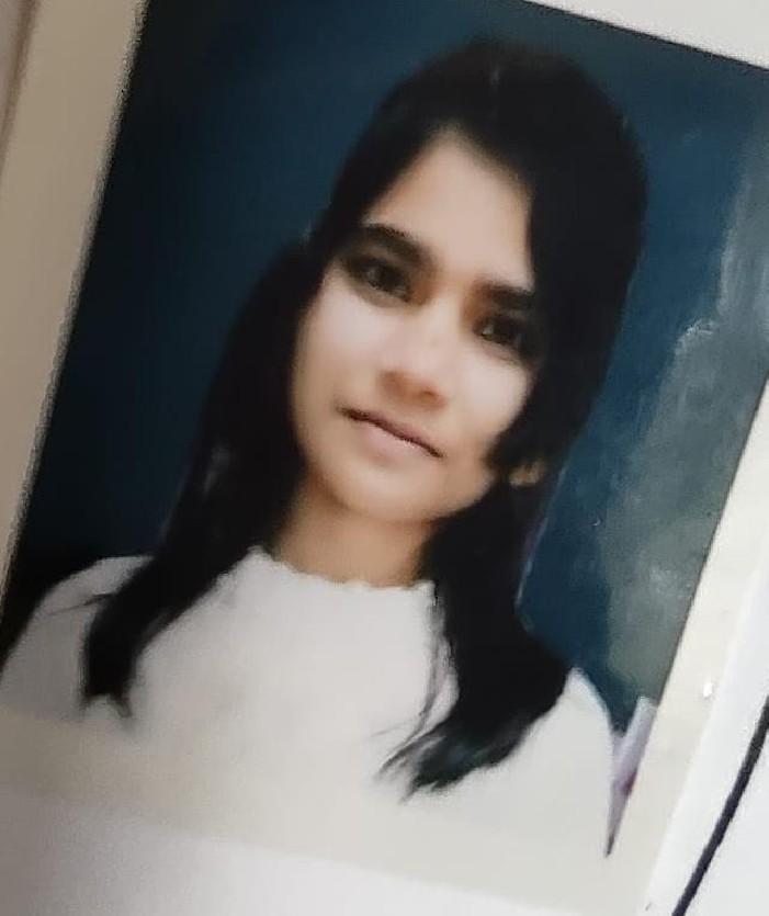 जितेन्द्र चौधरी चेतगंज, वाराणसी। स्थानीय क्षेत्र के दलहटा इलाके में प्रेमी से झगड़ा करने के बाद प्रेमिका ने फांसी लगाकर जान दे दी। मृतका नालंदा बिहार की रहने वाली थी जो यहां आर्य महिला डिग्री कालेज बीएचयू से बीए सोशल साइंस की प्रथम वर्ष की छात्रा थी। प्रेम प्रसंग के चक्कर में आत्महत्या की बात सामने आ रही है। जानकारी के अनुसार स्थानीय थाना अंतर्गत संदीप होटल के पीछे स्थित निजी गर्ल्स हास्टल में छात्रा रहकर पढ़ाई करती थी। प्रेमी से मोबाइल से बात करते समय किसी बात को लेकर दोनों में अनबन हो गई जिससे गुस्से में छात्रा ने फांसी लगा ली। पुलिस ने मौके पर पहुंचकर शव को कब्जे में लेकर अन्त्य परीक्षण हेतु भेज दिया। इस बाबत पुलिस ने बताया कि पोस्टमार्टम रिपोर्ट के बाद ही अन्य बिंदुओं पर जांच की जायेगी। वहीं परिजनों के आने पर शव का अंतिम संस्कार किया जाएगा।