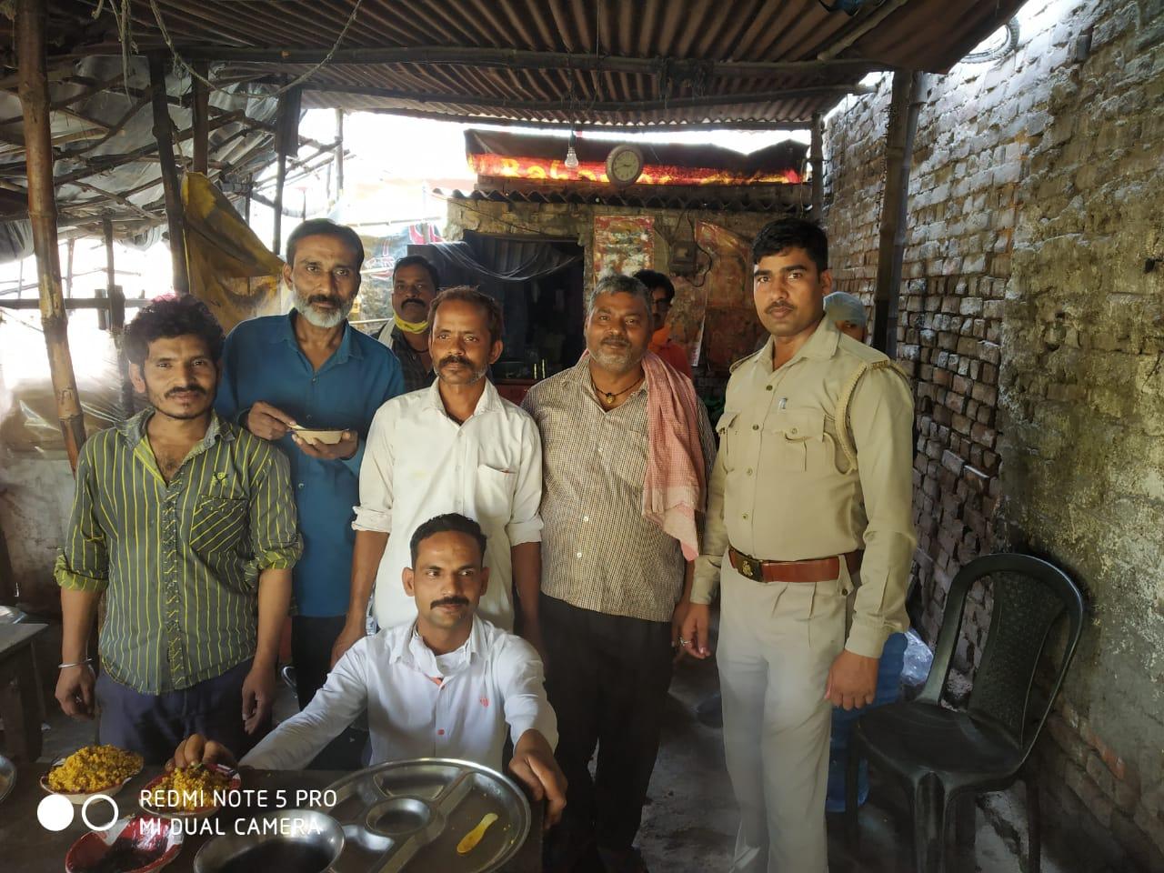 जौनपुर। कोरोना वायरस के रूप में फैली महामारी से बचाव के लिये जहां पुलिसकर्मी ड्यूटी पर मुश्तैद हैं, वहीं मानवता का परिचय देते हुये भूखों को भोजन भी करा रहे हैं। ऐसे पुलिस के जवान का नाम भरत यादव है जो शहर कोतवाली थाना क्षेत्र के सरायपोख्ता पुलिस चौकी पर तैनात हैं। उन्होंने बताया कि शहर कोतवाल पवन उपाध्याय के निर्देशन एवं चौकी प्रभारी अरविन्द यादव के नेतृत्व में वह लगातार भूखों को भोजन करा रहे हैं। सोमवार को भूखों को भोजन कराने का 30वां दिन रहा जो आगे भी चलता रहेगा। श्री यादव ने बताया कि नगर के ही तमाम सामर्थ्य लोगों के सहयोग से पालिटेक्निक चौराहे के पास भोजन बनाया जाता है। इसके बाद उक्त मार्ग से गुजरने वालों सहित नगर क्षेत्र के जरूरतमन्दों तक भोजन पहुंचाया जाता है।