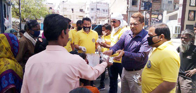 लायंस क्लब पवन का सेवा कार्य निरन्तर जारी  रहेगाः पवन जायसवाल जौनपुर। सामाजिक संस्था लायंस क्लब पवन द्वारा नगर सहित आस-पास के मलिन बस्तियों में भूखों को भोजन कराने का सिलसिला रविवार को भी जारी रहा। नगर के अहियापुर के स्थित मलिन बस्ती में सुबह-शाम भोजन पहुंचाने वाले पदाधिकारियों ने सद्भावना पुल, नखास, ओलन्दगंज, काली कुत्ती सहित अगल-बगल के क्षेत्रों के भूखों सहित राहगीरों को भोजन कराया। क्लब ने जरूरतमंदों को भोजन का पैकेट देने का काम जिला आबकारी अधिकारी घनश्याम मिश्रा के हाथों से करवाया। इस सेवा कार्य में संस्थापक/अध्यक्ष पवन जायसवाल, अध्यक्ष धर्मेन्द्र रघुवंशी, सुरेन्द्र प्रधान, ज्ञान सिंह, रजत सोनी, विनय मौर्य, राजकुमार शर्मा सहित तमाम पदाधिकारी व सदस्य लगे हुये हैं। इस दौरान श्री जायसवाल ने कहा कि क्लब का सेवा कार्य निरन्तर जारी रहेगा। american idol 2019,american idol,lionel richie,abc,feeding america,#news,#coronavirus आबकारी विभाग राजस्थान,सदन में mla ने पूछा जब आबकारी विभाग का सवाल तो excise minister kawasi lakhma ने ऐसे दिया जवाब,www.ibc24.in,chhattisgarh,ibc24,jaipur latest news,jaipur video,jaipur news,abkari news,abkari niti 2020 21 rajasthan,first india,rajasthan news,excise department rajasthan