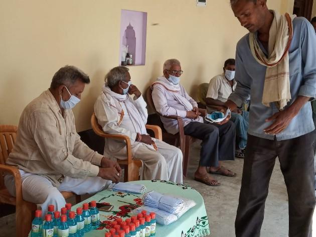 जेएस चौधरी नेवढ़िया, जौनपुर। स्थानीय क्षेत्र के करमैवा गांव के प्रधान ओम प्रकाश पाण्डेय ने 1 हजार जरूरतमंद व्यक्तियों मे  सोमवार को मास्क एवं सैनिटाइजर का वितरण किया। साथ ही अपील किया कि कोरोना वायरस से संक्रमित संपूर्ण विश्व लॉक डाउन कर इस आपदा से उबरने का प्रयास कर रहा है किंतु दुश्वारियां कदमताल करते साथ चल रही हैं। इस अवसर पर राकेश पाण्डेय, मुन्ना, अशोक, अश्वनी पाण्डेय, राजेश, सुशील पाण्डेय, मुकेश पाण्डेय, शुभम पाण्डेय आदि उपस्थित रहे।