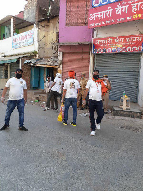 जौनपुर। सामाजिक एवं धार्मिक संस्था 'महादेव सेना' द्वारा कोरोना  वायरस के रूप में फैली महामारी के रोकथाम के लिये लगे लोगों की सेवा किया जा रहा है। सस्थाध्यक्ष विमल सिंह ने बताया कि नगर क्षेत्र में कार्य कर रहे पुलिस व पीएसी के जवानों के अलावा कोरेंटाइन सेंटर मोहम्मद हसन, शिया कालेज, जिला चिकित्सालय में चिकित्सा कर्मी, सफाईकर्मियों को शाम का नास्ता और पानी दिया गया। उन्होंने बताया कि महामारी पर नियंत्रण लगाने के लिये लगे लोगों की सेवा कार्य पिछले 4 दिन से लगातार जारी है। इस अवसर पर मनीष, विजय चौरसिया सहित तमाम लोग उपस्थित रहे। एबीपी न्यूज़ लाइव,army video,adf,australia defence force,afd coronavirus,coronavirus,janta curfew,indian army,indian army video,indian army coronavirus video,indian army corona status,indian army new video,indian army video status,army coronavirus videos,covid 19 australia,army coronavirus news,corona news in hindi live in india