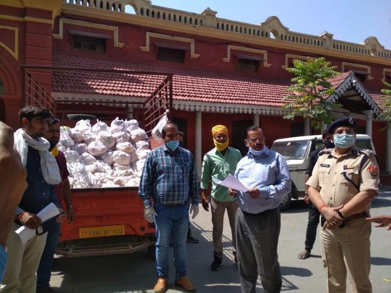 जौनपुर। कोविड-19 महामारी से पीड़ित गरीबों/असहयोग की मदद हेतु खाद्यान्न सहायता अधिशासी अभियंता विद्युत वितरण खंड चतुर्थ इं. अभिषेक श्रीवास्तव द्वारा गरीबों को 100 पैकेट का राशन किट वितरण हेतु दिया गया जिसमें 5 किलो आटा, 3 किलो चावल, 1 किलो दाल, आधा किलो सरसो का तेल, आधा किलो नमक, 2 किलो आलू, 200 ग्राम हल्दी, 500 ग्राम गुड़, एक पैकेट साबुन, 5 पैकेट बिस्कुट प्रति पैकेट में दिया गया है। magic of indian rasoi,breakfast recipes for kids,sunday,breaskfastmix,mtr,breakfast,3 breakfast idea,easy breakfast recipes,healthy breakfast ideas,3 ingredient recipes,3 ingredient recipes breakfast,breakfast recipes,snacks recipes indian,3 breakfast recipes,indian breakfast recipes,instant breakfast recipe,breakfast recipes indian,breakfast recipes in hindi,indian snacks recipes