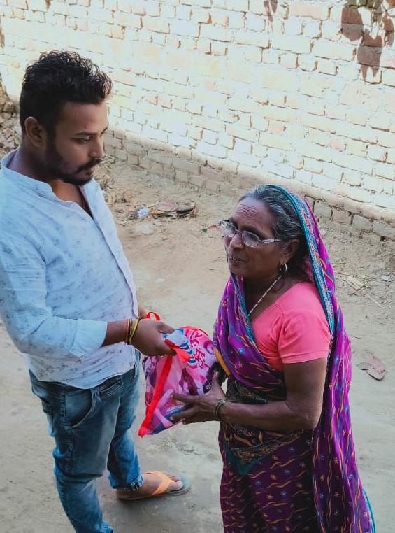 जौनपुर। भारत लाक डाउन कोरोना वायरस महामारी में वरुण कुमार पांडेय केंद्रीय फिल्म सेंसर बोर्ड सदस्य, राष्ट्रीय सहसंयोजक मीडिया (प्रकल्प और विभाग, राष्ट्रीय सह संयोजक नव बंगा, भूतपूर्व राष्ट्रीय सदस्य व्यापार प्रकोष्ठ) ने अनेको विधानसभा में जाकर गरीब बेसहारा लोगों को राहत सामग्री वितरण करवाए। जमानिया विधानसभा में लगभग, 500 परिवार तक एक हफ्ते की राशन और मास्क, सेनिटाइजर वितरण करवा के सबको सुरक्षित रहने की अपील की और विधानसभा सैदपुर के अनेक गांव में राशन वितरण करवाने का काम किए। जिसमें मुड़ियार, ककरही, भीतरी, सैदपुर, देवकली, सिधौना, सदात, सिर्गीठा, अनैनी, सिंगारपुर, मैधा, अनेकों बस्ती, बसफोर वा बस्ती, और मुड़ियार गांव में सेनिटायजर करवाए और गांव में दुकानदारों बच्चो को सेनिटायजर बटवाए 500 परिवार तक पहुंच चुके आगे और बाटने के लिए तैयार है। इस कार्यक्रम को नेतृत्व कर रहे वरुण जी आशीष श्रीवास्तव नगर अध्यक्ष हिंदु युवा वाहिनी सैदपुर के द्वारा वितरण करवा रहे हैं।