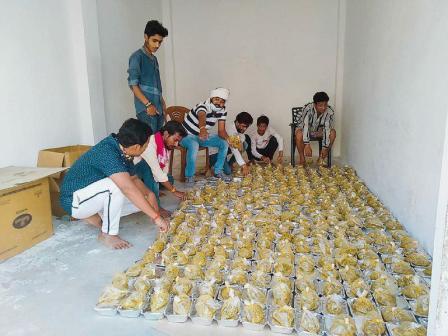 जौनपुर। मां अम्बा क्लब के तत्वावधान में महादेव टीम खरका कालोनी द्वारा जरूरतमन्दों को लगातार भोजन कराने का कार्य किया जा रहा है। बीते शनिवार से शुरू हुआ यह सेवा कार्य रविवार को दूसरे दिन भी जारी रहा। शनिवार को लाइन बाजार पुलिस की देख-रेख में मतापुर व कलीचाबाद के 250 लोगों को भोजन कराने वाली यह संस्था रविवार को 500 लोगों को भोजन करायी। उपरोक्त संस्थाओं द्वारा यह नेक कार्य थानाध्यक्ष लाइन बाजार दिनेश चन्द्र पाण्डेय के निर्देश एवं पुलिस के जवानों की देख-रेख में किया जा रहा है। इस नेक कार्य के सहयोगी के रूप में अध्यक्ष हेमन्त श्रीवास्तव, महासचिव मनोज शुक्ला, युवा समाजसेवी अमित सिंह बण्टी, हरिओम भारद्वाज, रजनीश शुक्ला, रोहित, रूद्र, छोटू, विकास, संजीव सिंह, शैलेन्द्र सिंह, राकेश सिंह, सुधीर सिंह, सुनील शर्मा, पवन पटेल, आशू पाण्डेय, धर्मवीर यादव, कृष्ण मोहन पाण्डेय, अजय सिंह, सर्वजीत यादव आदि प्रमुख रहे।
