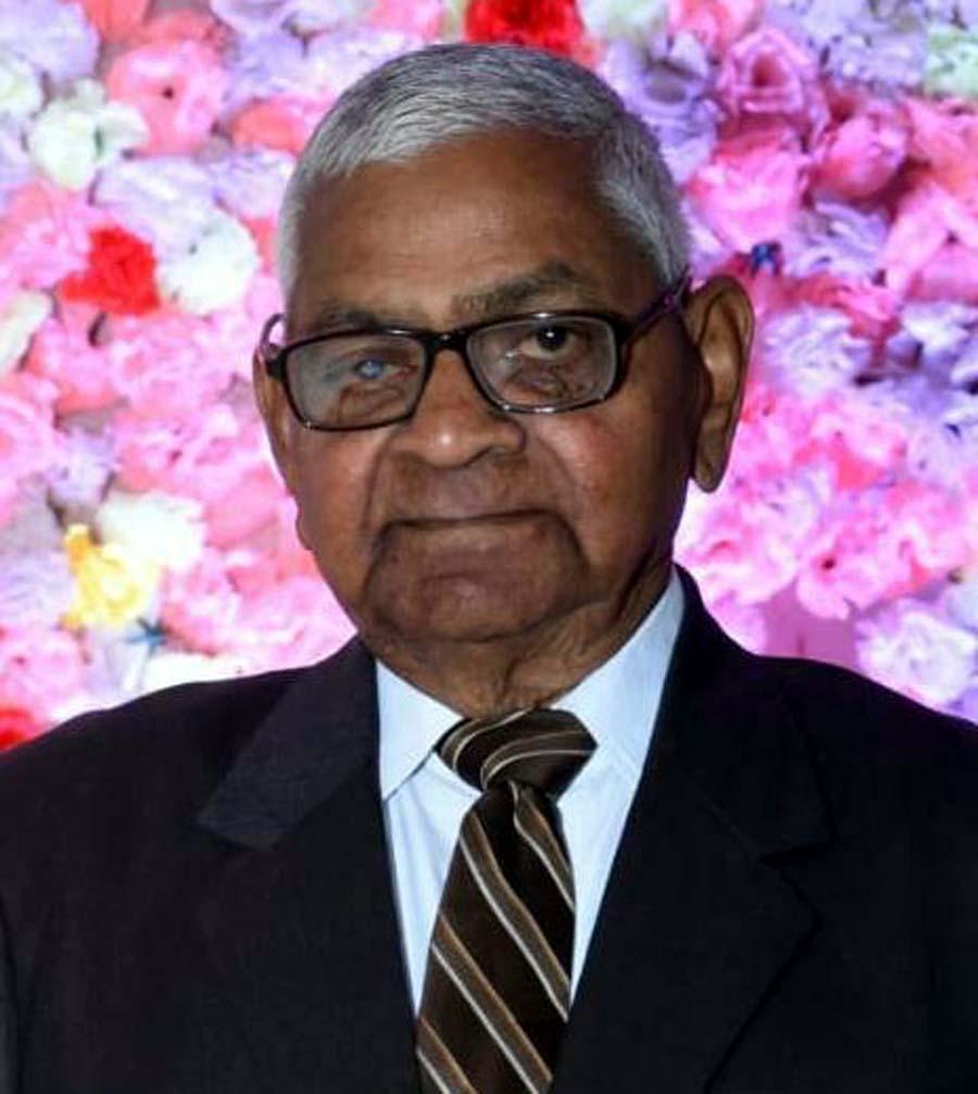 जौनपुर। जिला पंचायत के अवकाशप्राप्त अपर मुख्य अधिकारी इं. सुरेन्द्र नाथ गुप्ता ने अपने एक महीने का पेंशन इस  समय की आपदा से निबटने हेतु सहायतार्थ दान कर दिया। इस आशय की जानकारी देते हुये दिवाकर गुप्ता एडवोकेट ने बताया कि नगर के सुतहट्टी बाजार निवासी इं. सुरेन्द्र गुप्ता ने प्रधानमंत्री राहत कोष में अपने एक महीने की पेंशन साढ़े 53 हजार रूपये दान कर दिया। श्री गुप्ता ने बताया कि उन्होंने लॉक डाउन एवं सोशल डिस्टेंस का पालन करते हुये उक्त धनराशि को आनलाइन दान किया है।