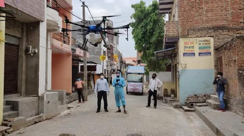 मुस्ताक आलम रोहनिया, वाराणसी। स्थानीय क्षेत्र के गंगापुर में गुरूवार को हाट स्पाट गंगापुर होने के नाते प्रदेश सरकार के  निर्देश पर जिला प्रशासन द्वारा ड्रोन से पूरे क्षेत्र में सैनिटाइजेशन का कार्य अधिशासी अभियंता अजीत सिंह और नगर पंचायत अध्यक्ष दिलीप सेठ के निगरानी में हुआ। वार्ड नंबर 1 से 10 तक पूरे वार्ड में ड्रोन विमान के साथ सैनिटाइजेशन का कार्य किया गया। इस अवसर पर अधिशासी अभियंता अजीत सिंह, चेयरमैन दिलीप सेठ, सभासद चरण गुप्ता, इम्तियाज अली, सुनील पाण्डेय, रविंद्र पाल आदि मौजूद रहे।
