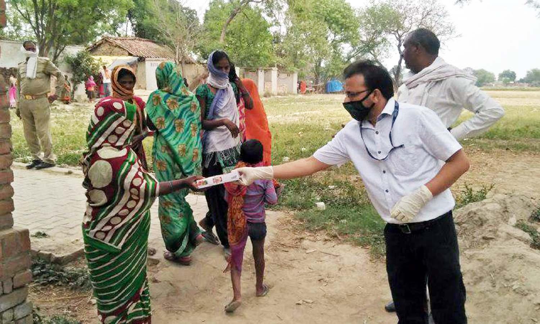 जौनपुर। स्टेट बैंक ऑफ इण्डिया की नौपेड़वा शाखा के प्रबन्धक रितेश श्रीवास्तव की माता माधुरी सिन्हा की चतुर्थ पुण्यतिथि  पर शाखा प्रबंधक के पिता मदन प्रसाद सिन्हा द्वारा ग्रामीण इलाकों में सोशल डिस्टेंस का पालन करते हुये खाद्य सामग्री बांटा गया। बख्शा थाना पुलिस की उपस्थिति में उन्होंने तमाम गरीबों को खाने का सामान दिया। इस अवसर पर शाखा प्रबन्धक रितेश श्रीवास्तव, बैंक मित्र विनोद पाल, विवेक निगम, संतोष, अरविन्द, केके सिंह, सोनू सिंह आदि उपस्थित रहे।