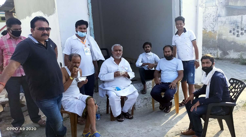 पूर्व विधायक सुरेन्द्र प्रताप सिंह ने की सराहना जौनपुर। मां अम्बा क्लब के संरक्षण में महादेव टीम खरका कालोनी ने रविवार को 700 से अधिक लोगों को लंच पैकेट दिया। साथ ही 15 दिन तक लगातार भोजन कराने का संकल्प भी पूर्ण कर लिया। इस आशय की जानकारी संस्थाध्यक्ष हेमन्त श्रीवास्तव ने प्रेस विज्ञप्ति के माध्यम से दी। वहीं समापन अवसर पर मौजूद पूर्व विधायक सुरेन्द्र प्रताप सिंह ने महादेव टीम से जुड़े सभी लोगों के प्रति आभार जताते हुये उनके इस कार्य की सराहना किये। मीडिया प्रभारी रजनीश मिश्रा ने बताया कि धार्मिक संस्था महादेव टीम द्वारा 5 दिन तक भोजन कराने का संकल्प लिया गया था लेकिन सहयोग मिलने पर यह सेवा 15 दिन तक चला। इसी क्रम में हरिओम भारद्वाज ने महादेव टीम से जुड़े सभी लोगों का उत्साह बढ़ाने की बात दोहरायी। महासचिव मनोज शुक्ला ने बताया कि इस नेक कार्य में संरक्षक अमित सिंह बण्टी के अलावा अभिषेक उपाध्याय, रवि शुक्ला वाराणसी, डा. गौरव, आनन्द सिंह, रजनीश सिंह, अजय प्रताप सिंह, सुधीर सिंह, बृजेश राय, प्रदीप मिश्रा, अन्नू सिंह, कृष्ण मोहन पाण्डेय, धरमवीर, अवनीश, अकिंत्य, पिन्कू यादव, रोहित रूद्र, विकास, आशू पाण्डेय, अवनीश सिंह, दिलीप शर्मा, पवन पटेल सहित तमाम लोगों का सहयोग सराहनीय रहा।