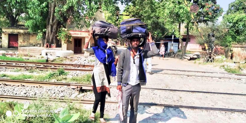 जौनपुर। जलालपुर क्षेत्र के सिरकोनी बाजार के समीप वाराणसी-लखनऊ रेल प्रखण्ड मार्ग से लॉक डाउन की स्थिति में बेसहारा मजदूर अपने मंजिल तक पहुंचने के लिये पैदल ही निकल पड़े। सिर पर वजनदार बोझ जिसमें कुछ जरूरत के सामान हैं, रखकर अपने परिवार के साथ पैदल ऐसे मजदूर रेलपथ की पगडण्डी से अपने घर को चले जा रहे हैं। इस महामारी से पूरी दुनिया बेरोजगारी की स्थिति में आ गयी है जिससे कम्पनी, कल-कारखाने आदि बन्द हो गये हैं। ऐसे में दिहाड़ी पर मजदूरी करने वालों के ऊपर विकट संकट आ गया है। जैसे-तैसे लोग पैदल ही सैकड़ों किलोमीटर की दूरी तय करके अपने मंजिल तक पहुंचने की हिम्मत जुटाते देखे नजर आ रहे हैं। ऐसा ही एक मंजर सिरकोनी रेलवे स्टेशन के समीप के पास देखने को मिला जहां पूछने पर उन्होंने अपना नाम दीपक वर्मा और ज्योति वर्मा निवासी फैजाबाद बताया। साथ ही उन्होंने कहा कि हम पैदल मुगलसराय से अकबरपुर के लिये जा रहे हैं।