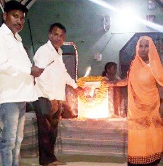 सौरभ सिंह जौनपुर। सिकरारा क्षेत्र के ग्रामसभा खपरहां की सुरसत्ती माली ने 11 दीपक जलाकर महात्मा ज्योतिबा राव फूले जी की जयंती मनायी। बता दें कि लॉक डाउन के चलते महान समाज सुधारक महात्मा ज्योतिबा राव फूले की जयन्ती पर राष्ट्रीय अध्यक्ष परम कुमार सैनी ने अपील किया था कि लोग अपने घरों में रहकर 11 दीपक जलाकर उन्हें याद करें। उसी के अनुपालन में सभी सम्बन्धित लोगों ने अपने घरों में 11 दीपक जलाकर महान समाज सुधारक को याद किया। वहीं प्रदेश अध्यक्ष श्याम सिंह सैनी ने महात्मा ज्योतिबा राव फूले द्वारा समाज में किये गये कार्यों पर प्रकाश डाला। इसी क्रम में प्रदेश संयोजक पप्पू माली ने मास्क बांटते हुये 11 गरीब परिवार को भोजन दिया। जिलाध्यक्ष अशोक सैनी प्रधान ने तमाम लोगों को भोजन व मास्क दिया। अखिलेश सैनी ने मास्क, सूखा राशन, फल, दूध आदि का वितरण किया। प्रमोद माली ने महात्मा जी के बारे में बताया तो खपरहां के विनोद माली ने मास्क बांटा। इसी क्रम में रामकुमार माली, प्रमोद माली, रामावतार माली, जय प्रकाश माली, राधेश्याम माली, विनोद माली, मनोज माली, दीपक माली, संदीप सैनी, सुरेन्द्र माली, सुनील माली, नितिन माली सहित तमाम लोगों ने अपने-अपने घरों में महात्मा की जयंती मनायी।