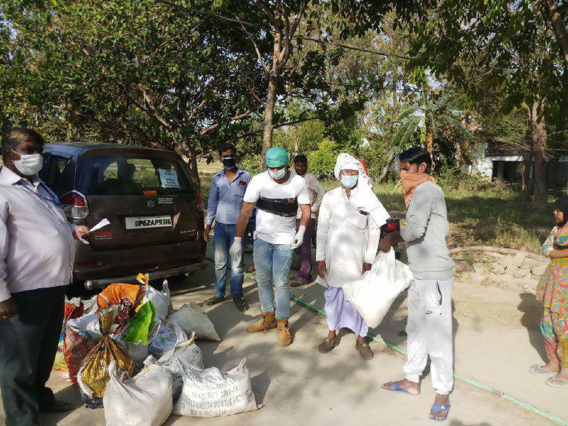 बदलापुर, जौनपुर। स्थानीय तहसील क्षेत्र के देवरिया गांव में राहत कोष फ्यूचर फाउंडेशन ट्रस्ट राजेश चिकित्सालय के संचालक डा. राजेश यादव, हिंदी फिल्म अभिनेता रोहित यादव, चैन बहादुर यादव ने जिन लोगों को खाने-पीने की दिक्कतों का सामना करना पड़ रहा है, ऐसे लोगों 25 परिवारों को चिन्हित करके प्रत्येक को 5 किलो आटा, 5 किलो चावल, 3 किलो अरहर की दाल, 1 किलो नमक, 500 ग्राम सरसो का तेल, मसाला, साबुन, बिस्किट, मास्क दिया गया। इस अवसर पर बृजेश यादव (यदुवंशी मेडिकल स्टोर लेदुका) डा. कौनैन जमाल अंसारी, अरुण यादव, संजय यादव, जोगिंदर यादव, शुभम यादव, सुभाष सहित तमाम लोग उपस्थित रहे।
