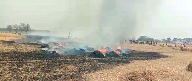 जौनपुर। सरायख्वाजा थाना क्षेत्र के जमुहाई गांव में बीते शुक्रवार शार्ट सर्किट के चलते लगभग 25 बीघा फसल जलकर  नष्ट हो गयी। वहीं इसको लेकर पीड़ितों में हाहाकार मच गया है। उक्त गांव के रविन्द्र सिंह, महेन्द्र प्रताप सिंह, अशोक प्रजापति, बाबूराम यादव, पन्ना यादव, सलकन राजभर सहित तमाम किसानों की फसल देखते देखते ही जलकर राख हो गयी। इस बाबत किसान बाबू राम का कहना है कि इस मुश्किल समय में हम लोगों का जो एक मात्र संसाधन था जिससे हम लोगों के परिवार का भरण पोषण होता था, वह वह नष्ट हो गया है। वहीं सूचना पाते ही मौके पर क्षेत्रीय लेखपाल ने निरीक्षण किया। साथ ही लोगों को मुआवजा दिलाने का भरोसा दिया। वहीं पीड़ित लोगों ने शासन-प्रशासन का ध्यान आकृष्ट कराया है।