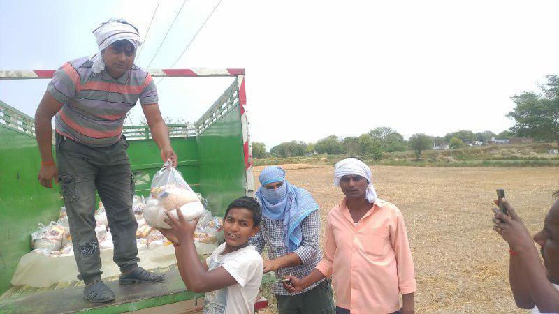 बदलापुर, जौनपुर। स्थानीय तहसील क्षेत्र के देवरिया गाँव में असहाय व गरीब जिन्हें खाने-पीने की दिक्कतों का सामना करना  पड़ रहा है, को चिन्हित करके दिया गया। यह नेक कार्य ग्राम प्रधान राजनाथ यादव द्वारा दिया गया। उन्होंने बताया कि गांव के 200 परिवारों को आटा, चावल, अरहर की दाल, नमक, सरसो का तेल, मसाला, साबुन, बिस्किट, मास्क आदि दिया गया। इस अवसर पर ग्राम प्रधान राजनाथ यादव के अलावा अरुण यादव, राहुल यादव, शुभम यादव सहित तमाम लोग सोशल डिस्टेंस का पालन करते हुये मौजूद रहे।