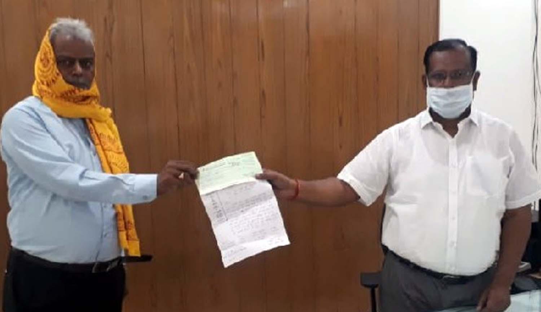 जौनपुर। गायत्री शक्तिपीठ लाइन बाजार के सभी ट्रस्टी ने बुधवार को कोरोना जैसे महामारी से लड़ने के लिये सरकार  की मदद के लिये हाथ बढ़ाया। अभय सिंह ने जिलाधिकारी दिनेश सिंह को चेक प्रदान किया। बताया गया कि बीते मंगलवार को लिये गये बैठक में सर्वसम्मत से निर्णय लिया गया कि 3 लाख रुपये पीएम केयर फण्ड एवं 2 लाख रूपये सीएम केयर फण्ड में दिया जायेगा। इसी के अनुपालन में मुख्य ट्रस्टी बीएन सिंह ने बुधवार को जिलाधिकारी को चेक सौंपा। इस कार्य में हरिश्चन्द्र श्रीवास्तव, डा. शीतला प्रसाद सिंह, अभय सिंह, शिव कुमार, भरत मिश्रा, चन्द्रभान सिंह, इन्द्रपति मिश्रा आदि का सहयोग रहा।