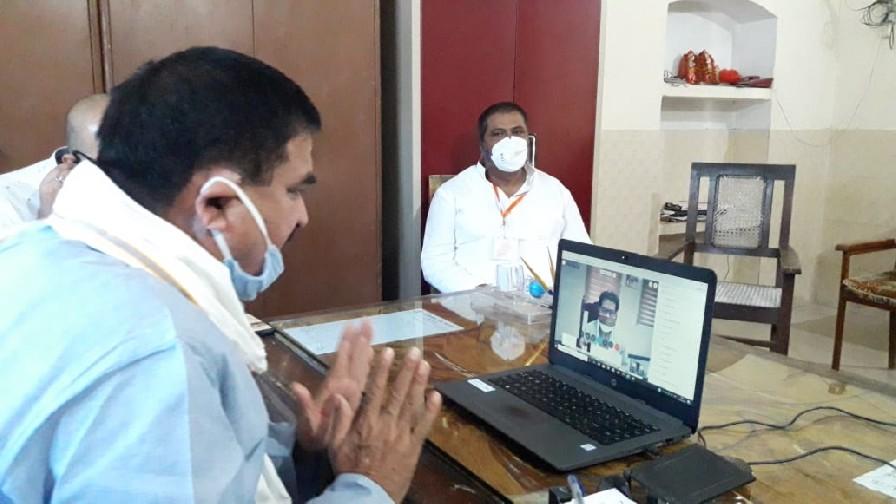जेएस चौधरी वाराणसी। सूबे के ऊर्जा मंत्री श्रीकांत शर्मा द्वारा मंगलवार को वीडियो कांफ्रेंसिंग के जरिये वाराणसी के विधायकों के साथ बिजली व्यवस्था के बारे में जानकारी लिया। इसके फलस्वरूप विधायक पिण्डरा डा. अवधेश सिंह ने विधानसभा में बिजली विभाग द्वारा किये गए कार्य की सराहना किया। साथ ही गत दिवस बरही नेवादा में आयी चक्रवात के चपेट में आई बिजली के खम्भे व तार टूट जाने पर स्वयं द्वारा घटनास्थल का निरीक्षण कर संबंधित अधिकारी को निर्देश की बात बताते हुये उसी दिन रात बिजली विभाग के अधिकारियों व कर्मचारियों द्वारा किये गए त्वरित कार्य को भी बताया। उन्होंने मंत्री जी को अपने विधानसभा में 33/11 केवी नया विधुती उपकेंद्र बसनी के प्रस्ताव स्वीकृत करने हेतु अवगत कराया। साथ ही करखियांव एग्रो पार्क में उद्योगों के बिल में फिक्स चार्ज माफ करने हेतु व क्षेत्र के जर्जर तार को बदलने हेतु भी प्रस्ताव ने दिया। इस आशय की जानकारी विधायक पिंडरा के मीडिया प्रभारी अतुल रावत बेलवा ने दी है।