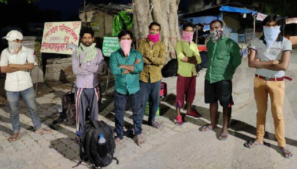 अमित शुक्ला मुंगराबादशाहपुर, जौनपुर। बंगलौर से रुदौली जा रहे मजदूर बुधवार को मुंगराबादशाहपुर में रूके जहां देखा गया कि सभी लोग मजदूर थे जो भूख-प्यास से बेहाल थे। उन्होंने बताया कि वे सभी बंगलौर के एक फैक्ट्री में कार्य करते हैं। सभी 26 मजदूर फैक्ट्री बन्द होने पर मालिक ने भगाया तो पेट भरने की समस्या सामने खड़ी हुई। मजबूरी में घर के लिए पैदल ही निकल पड़े। जानकारी के अनुसार बंगलौर से रुदौली फैजाबाद के लिए लगभग 2800 किलोमीटर पैदल सफर पर निकले 26 मजदूरों का एक जत्था तड़के सुबह 4 बजे दिन में भूख-प्यास से तड़पता हुआ मुंगराबादशाहपुर पहुंचा जिसे अभी भी लगभग 250 किलोमीटर का सफर तय कर फैजाबाद के रुदौली तक जाना है। बताते हैं कि अपनी जन्मभूमि से हजारों किलोमीटर दूर अपना सहित परिवार के पेट की आग बुझाने बंगलौर शहर के एक कंपनी में काम करने वाले फैजाबाद के तहसील रुदौली के दो दर्जन मजदूर कोरोना वायरस की महामारी के चलते हुए लॉक डाउन के कारण न सिर्फ बेरोजगार हो गये, बल्कि भूखों मरने लगे। लॉक डाउन के चलते जब कारखाना बन्द कर मालिकान फरार हो गया। 4 दिन तक तो कंपनी मालिक से पैसे लेने का इंतजार देखते रहे। जब मालिक नहीं मिला तो सभी दो दर्जन मजदूर लॉक डाउन के चौथे दिन यानी 29 मार्च को बंगलौर से अपने वतन के लिए पैदल रवाना हो गए। रास्ते में मजदूरों को जगह-जगह स्वयंसेवियों ने भोजन, पानी आदि दिया। सभी 26 मजदूर 4 बजे भोर में मुंगराबादशाहपुर पहुंचे जहां उनके पास न पैसे थे और न ही खाने की कोई व्यवस्था। इन मजदूरों में धर्मेंद्र, विपिन, सच्चे लाल, संतोष कुमार, राहुल, विनीत, शहंशाह, मनोहर, लक्ष्मण सहित 26 मजदूर हैं जिनकी उम्र 25 से 35 वर्ष के बीच की है। क्षेत्रीय लोगों द्वारा मजदूरों को जब बिस्कुट, ब्रेड, चाय मिला तो ऐसा लगा जैसे वह घर पहुंच गये हैं।