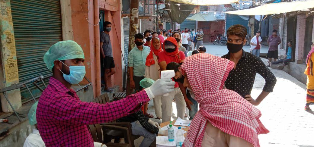 मुस्ताक आलम वाराणसी। रोहनिया गंगापुर में कल कोरोना वायरस से एक व्यक्ति की मृत्यु होने के कारण आज पूरे गंगापुर के लोगों का स्वास्थ्य विभाग के कर्मियों के द्वारा थर्मल स्कैन करा कर लोगों का स्वास्थ्य परीक्षण किया गया स्वास्थ्य अधीक्षक बीबी सिंह ने बताया कि हम लोगों ने सुबह से ही गंगापुर बाजार लोगों का थर्मल स्कैन करा कर उनके टेंपरेचर को नापा गया और उनके हाथों पर होम क्वॉरेंटाइन का मोहर लगाकर उनको 14 दिन के लिए घर से बाहर नहीं निकलने का आदेश दिया गया। आज सुबह से ही पूरे गंगापुर में कर्फ्यू का असर देखा गया प्रशासन चप्पे-चप्पे पर मुस्तैद रही चौकी प्रभारी गंगापुर संजय राय के द्वारा बार-बार लोगों को अपने घरों में रहने की हिदायत दी गई, उन्होंने कहा कि अगर घर से बाहर कोई भी व्यक्ति निकलता है वह लॉक डाउन का उल्लंघन कर रहा है और उसके ऊपर आवश्यक कानूनी कार्यवाही की जाएगी। कोरोना से पहली मौत,कोरोना वायरस वाराणसी,कोरोना वायरस मौत भारत,योगी आदित्यनाथ,कोरोना वायरस,वनइंडिया हिंदी,वाराणसी,वाराणसी में कोरोना से पहली मौत,कोविड-19,यूपी,covid-19,covid 19
