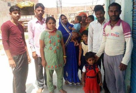 जौनपुर। चन्दवक क्षेत्र के बजरंगनगर में फंसे जालौन के वासियों ने जिलाधिकारी से गुहार लगायी है कि उन्हें घर भेजा जाय। यहां कुल्फी बेचकर अपना व परिवार का भरण-पोषण करने वालों का कहना है कि लॉक डाउन के चलते उनका रोजगार बन्द हो गया है। बता दें कि जालौन जिले के गड़गुवा के काफी लोग रोजी-रोटी के लिये यहां बजरंगनगर बाजार में कुल्फी बेचकर अपना व परिवार का भरण-पोषण करते हैं। बजरंगनगर से सेनापुर मार्ग पर स्थित दिशापुर में गुप्ता जी के घर में किराये पर रहने वाले इन लोगों का रोजगार बन्द हो गया है। ऐसे में परिवार का भरण-पोषण करने में समस्या उत्पन्न हो गयी है। इस बाबत पूछे जाने पर उन लोगों ने बताया कि लॉक डाउन लगे 15 दिन हो गये हैं परंतु अभी तक किसी भी प्रकार की कोई भी मदद उन्हें नहीं मिल पायी है। परेशान शिवराखन सिंह, रजनी, प्रिया, भावना, वैभव सिंह, आकाश, शिवम, राधा, अनुराग ने जिलाधिकारी से गुहार लगायी है।