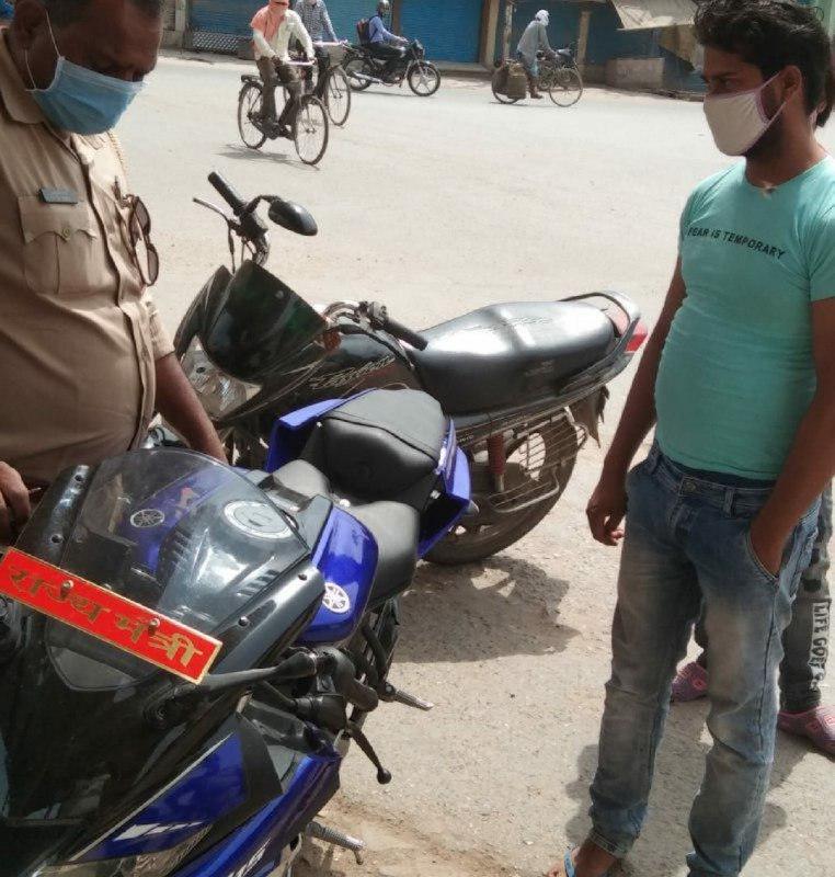 मुस्ताक आलम वाराणसी। पिछले दिनों ट्रैफिक पुलिस द्वारा एसएसपी लिखी वाहन का चालान ट्रैफिक पुलिस द्वारा किया गया था। इसके बावजूद भी आज ट्रैफिक पुलिस को एक और मामला सामने आया जब आर1 5 बाइक पर लिखा था राज्यमंत्री। जानकारी के अनुसार ट्रैफिक इंस्पेक्टर धर्मेंद्र राय कांस्टेबल ईश्वर प्रसाद के साथ गाड़ी की चेकिंग कर रहे थे। उसी समय राज्यमंत्री लिखी गाड़ी दिखाई दी। उसको कीर्तिमानमणि त्रिपाठी पुत्र रचना त्रिपाठी निवासी उमरहा थाना चौबेपुर चला रहे थे। जब रोका गया तो वह ट्रैफिक पुलिस पर रौब गांठने लगा। बाइक पर नंबर प्लेट नहीं लगा था और आगे राज्यमंत्री लिखा हुआ बोर्ड था। ट्रैफिक इंस्पेक्टर की नजर पड़ी तो उन्होंने उस गाड़ी को रोकने की कोशिश करते हुए कार्यवाही की। युवक से पूछताछ करने पर उसने बताया कि वह बीमार है और अपनी बाइक से अस्पताल जा रहा है।