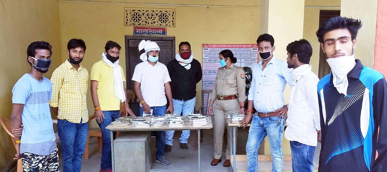जौनपुर। मां अम्बा क्लब के तत्वावधान में महादेव टीम खरका कालोनी का सेवा कार्य जारी है। इसी क्रम में रविार को 650 लोगों के लिये भोजन तैयार किया गया। इसी क्रम में नगर के थाना लाइन बाजार व थाना जफराबाद के मार्गदर्शन में लाइन बाजार, नईगंज, मतापुर सहित अन्य गांवों के जरूरतमन्दों को भोजन दिया गया। इस सेवा कार्य में अध्यक्ष हेमन्त श्रीवास्तव, महासचिव मनोज शुक्ला, संरक्षक अमित सिंह बंटी के साथ मीडिया प्रभारी रजनीश शुक्ला, हरिओम भारद्वाज, कृष्ण मोहन पाण्डेय, अभिषेक उपाध्याय, अजय प्रताप सिंह, सुधीर सिंह एडवोकेट, अंशुमान सिंह, डा. गौरव सिंह, बृजेश राय, धीरेन्द्र विक्रम सिह, धरमवीर, अवनीश, अंकित, पिन्कू यादव, रोहित रूद्र, विकास, आशू पाण्डेय, पवन पटेल, अवनीश सिंह, दिलीप शर्मा, धनंजय मिश्र सहित समाजसेवी लगे हुये हैं।
