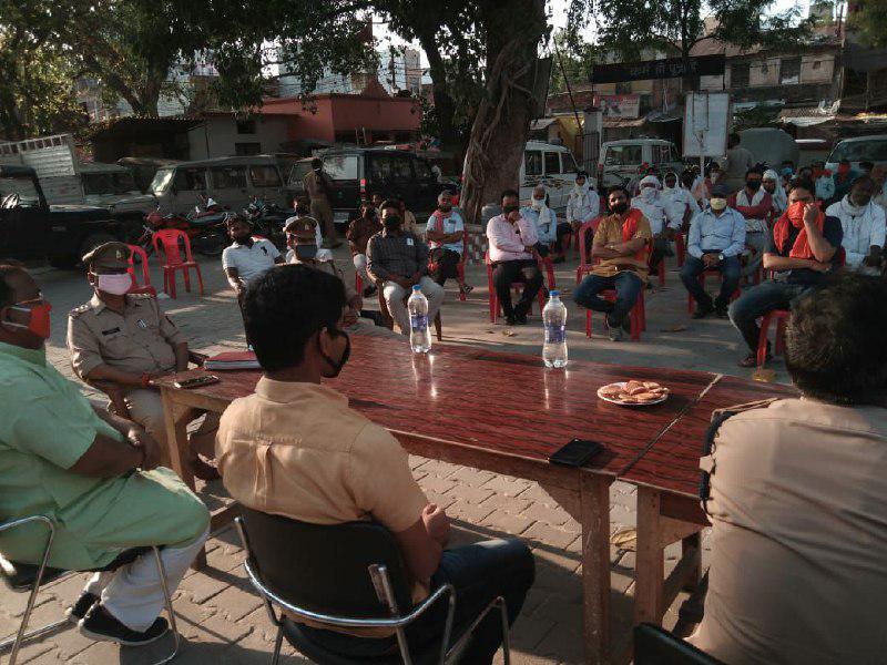 चंदन अग्रहरि शाहगंज, जौनपुर। स्थानीय कोतवाली परिसर में रमजान के मद्देनजर उपजिलाधिकारी राजेश वर्मा की अध्यक्षता में शान्ति समिति की  बैठक हुई जहां उन्होंने कहा कि नगर पालिका ने 68 ठेलों को लाइसेंस बांटा है। इनके द्वारा पूरे रमजान माह के दौरान घर-घर तक फल व सब्जी की आपूर्ति होगी जबकि बर्फ की सप्लाई नहीं होगी। इसके लिए मानसिक रूप से अभी से तैयार रहें। गरीबों हेतु सरकार की ओर से तहसील मुख्यालय, नगर पालिका व कोतवाली में सामुदायिक भोजनालय की व्यवस्था है। वहीं क्षेत्राधिकारी जितेन्द्र दूबे ने कहा कि लॉक डाउन के दौरान जैसे व्यवस्था चल रही है, उसमें किसी तरह की ढील रमजान के दौरान नहीं रहेगा। लोग घरों में ही नमाज व तरावीह करें। पूर्व में भी सामूहिक व व्यक्तिगत रुप से मस्जिदों के इमाम सहित अन्य जिम्मेदारों को नियम कायदों से अवगत कराया जा चुका है। इसका उल्लंघन करने पर पुलिस विधिक कार्यवाही हेतु स्वतंत्र है। लिहाजा लाक डाउन का पूरी तरह पालन करें। इस अवसर कोतवाली निरीक्षक जय प्रकाश सिंह, अधिशासी अधिकारी दिनेश कुमार, नगर पालिका अध्यक्ष के प्रतिनिधि प्रदीप जायसवाल, उपनिरीक्षक लव कुमार शुक्ला, डा. आरबी यादव, भाजपा मंडल अध्यक्ष सुनील अग्रहरि, विवेक अस्थाना, अमित त्रिपाठी, अखिलेश यादव, उमेश अग्रहरि, मकसूद हसन, एखलाक अहमद, गणेश चौहान, नितिन साहू, परवेज अहमद, भुवनेश्वर मोदनवाल, अक्षत अग्रहरि, अर्पित जायसवाल, विजय जायसवाल, राम प्रसाद मोदनवाल, इमाम शाही मस्जिद के मौलाना सालिम, मौलाना शहाबुद्दीन आदि मौजूद रहे।
