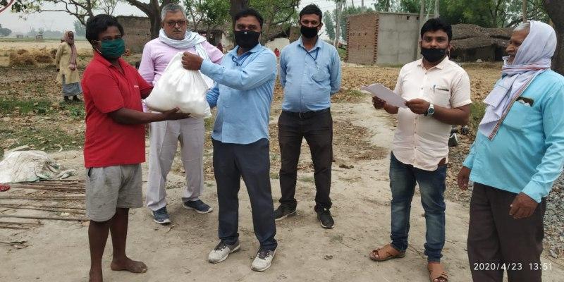सुइथाकला, जौनपुर। वैश्विक महामारी कोरोना वायरस के दौरान असहायों और गरीबों को दी जा रही सहायता के अनुक्रम में जिलाधिकारी के आदेश से स्थानीय विकास खण्ड के कई गांवों की मुसहर बस्ती में खाद्यान्न वितरित किया गया। एडीओ पंचायत रमाशंकर सिंह के संयोजन में लौदा, जुनेदपुर, देनुआ, मदारीपुर, भेला, बसिरहां, गैरवाह आदि मुसहर बस्ती में जरूरतमंद लोगों को आटा, चावल, दाल, तेल आदि खाद्यान्न वितरित किया गया। साथ ही लोगों को कोरोना वायरस से बचाव की जानकारी दी गयी। इस दौरान एडीओ पंचायत ने लोगों को जागरूक करते हुए कहा कि कोरोना एक ऐसी महामारी है जिससे जीतने के लिए घरों में रहना अति आवश्यक है। इस अवसर पर वरिष्ठ भाजपा नेता अजीत प्रजापति, ग्राम विकास अधिकारी/ग्राम पंचायत अधिकारी राम बहादुर, हरेन्द्र प्रताप, हरिश्चंद्र यादव, जितेन्द्र शाह समेत तमाम लोग सोशल डिस्टेंस का पालन करते हुये मौजूद रहे।
