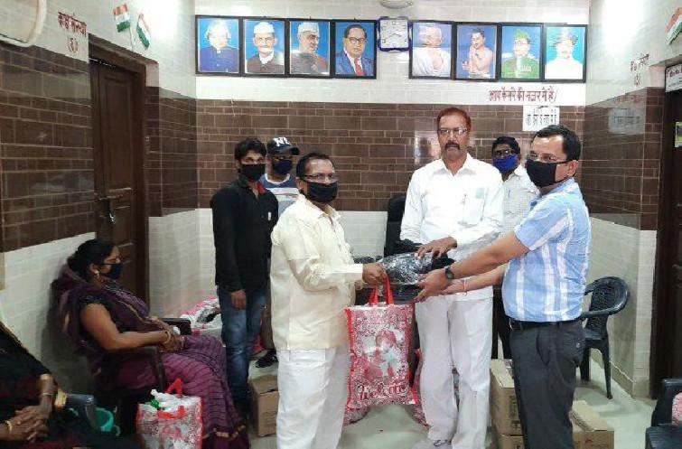 मेंहनगर, आजमगढ़। स्थानीय नगर पंचायत के चेयरमैन अशोक चौहान व अधिशासी अधिकारी विनय मिश्रा ने कस्बे के विभिन्न वार्डों में वितरण के लिए सभासदों को डिटाल, साबुन, मास्क दिया। नगर पंचायत 12 सभासद व 3 मनोनीत सदस्यों को चेयरमैन व ईओ के नेतृत्व में डिटाल, साबुन, मास्क देकर निर्देशित किया गया कि वार्ड के सभी निवासियों को घर पीछे अपने वार्ड में जाकर सामान का वितरण करें। चेयरमैन श्री चौहान ने कहा कि महामारी रोकने के लिए सरकार द्वारा चलाए जा रहे योजनाओं का लाभ निचले तबके के लोगों तक पहुंचाने के लिए कटिबद्ध है। वितरण के दौरान चेयरमैन ने नगरवासियों से अपील किया कि सभी लोग कोरोना जैसी महामारी से निपटने के लिए स्वच्छता अपनाएं, सोशल डिस्टेंसिंग का पालन करें। अधिशासी अधिकारी विनय मिश्रा ने कहा कि यह महामारी किसी भी विश्व युद्ध से कम नहीं है। इस जंग को जीतने के लिए सामाजिक दूरी बनाए रखें, एक-दूसरे से हाथ न मिलाएं एवं नमस्कार करके ही काम चलायें।