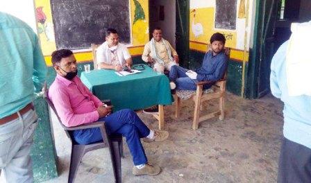 पंकज बिंद जौनपुर। महराजगंज क्षेत्र के सेनपुर कला प्राथमिक विद्यालय पर गुरूवार को स्वास्थ्य परीक्षण शिविर लगा। इस दौरान स्थानीय सामुदायिक स्वास्थ्य केन्द्र के डा. ओमकार भारती, संजय कुमार, राजेश कुमार, अभिषेक कुमार, संजय प्रजापति ने ग्रामीणों का स्वास्थ्य परीक्षण किया। बताया गया कि दूसरे प्रदेश व जनपदों से आये चारो ग्रामसभा के लगभग 44 महिला/पुरुष, सेनपुर कला के 24 महिला/पुरुष की जांच की गयी। हालांकि कोरोना का कोई लक्षण न दिखा लेकिन सभी को सोशल डिस्टेंसिंग और सेल्फ आइसोलेट रहने का निर्देश गया। वहीं कहा गया कि यदि कोई लक्षण दिखे तो तत्काल कंट्रोल रूम को सूचित करें। इस अवसर पर ग्राम प्रधान शिवनाथ यादव, बृजेश यादव, नन्हे लाल विश्वकर्मा, सचिन, सूर्य प्रकाश, कुलदीप विश्वकर्मा सहित तमाम लोग उपस्थित रहे।