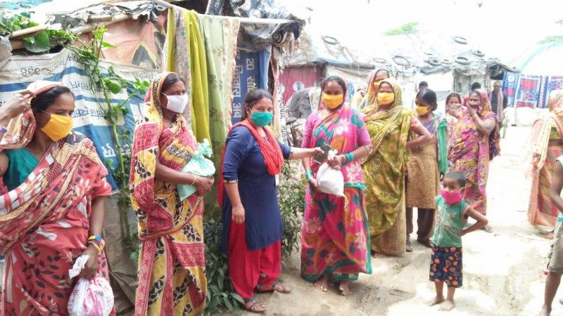 100 लोगों को दिया गया मास्कः आरती सिंह जौनपुर। डीडीएस ग्रुप द्वारा सौ लोगों को मास्क वितरित किया गया। साथ  ही 25 परिवारों को दाल, सब्जी, आलू, टमाटर, प्याज, मसाला, सरसो का तेल, साबुन, कपड़े, बाल में लगाने के लिए तेल, बच्चों के लिए बिस्किट वितरित किया गया। संस्था द्वारा इस परिवारों को प्रतिदिन नहाने व साफ-सफाई से रहने के लिए भी समझाया गया। संस्था की संचालिका आरती सिंह ने कहा कि आप जब भी बाहर निकले या अपने घरों में रहें तो हमेशा मास्क लगायें व हाथ धुलें। इस पुनीत कार्य में दिलरुबा परवीन, महरुबा परवीन, अरविंद गोंड शामिल रहे। वहीं इस पुनीत कार्य को सतत आगे चलाने के लिये प्रशांत मिश्रा, भारती सिंह, दीप्ति द्विवेदी द्वारा आर्थिक मदद दी गयी है।