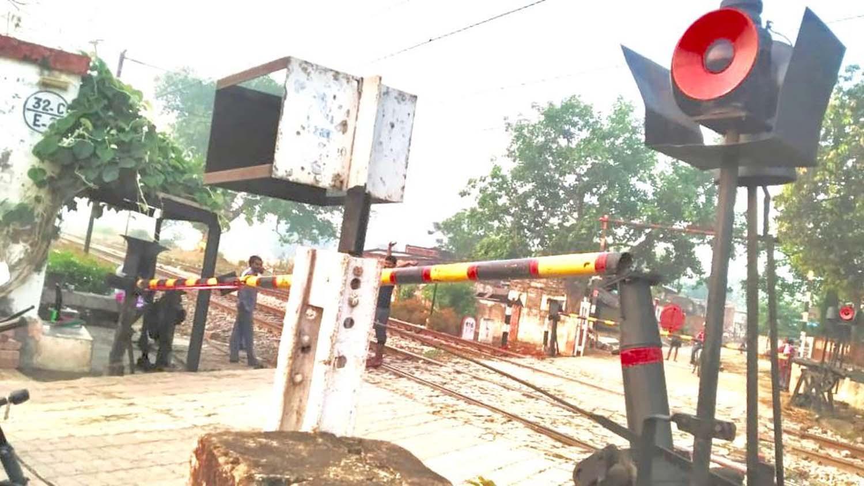 अतुल राय जौनपुर। जलालपुर क्षेत्र के वाराणसी-लखनऊ रेलमार्ग पर किसी वाहन की टक्कर से सिरकोनी रेलवे स्टेशन के अन्तर्गत बाकराबाद रेलवे गेट नम्बर 32 के डाउन फाटक का बूम टूट गया। इस आशय की जानकारी देते हुये गेट पर तैनात रेलकर्मी वीरभद्र ने बताया कि यह घटना मंगलवार की भोर में हुई। इसकी जानकारी सिरकोनी रेलवे स्टेशन के अधीक्षक सहित विभाग के उच्चाधिकारी के अलावा रेलवे सुरक्षा बल जफराबाद को भी दे दी गयी है। वहीं स्टेशन मास्टर राकेश कुमार ने बताया कि गेटमैन द्वारा सूचना मिली है। सूचना पाते ही आरपीएफ के जवानों को भी अवगत करा दिया गया। उधर सूचना पाते ही आरपीएफ के जवान अज्ञात वाहन के खिलाफ जांच-पडताल शुरू कर दिये। वहीं इस घटना से गेटमैन को गेट नम्बर 32ब से इस समय चलने वाली टेªनों को कासन द्वारा गुजारा जा रहा है।