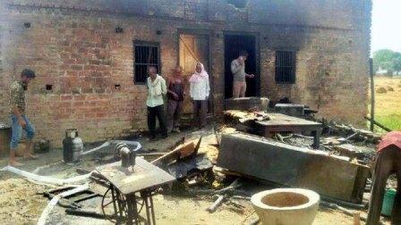 जौनपुर। सिरकोनी क्षेत्र के मनहन गांव में शनिवार को खाना बनाते समय गैस सिलेण्डर फट गया जिसके चलते गृहस्थी का सारा सामान जलकर राख हो गया। जानकारी के अनुसार उक्त गांव निवासी राम आसरे गोंड शनिवार की सुबह उज्ज्वला योजना का गैस सिलेण्डर भरवाकर घर लाया जिसपर उनकी बहू दुर्गावती दो कमरे के सरकारी आवास में खाना बना रही थी। इसी समय रेगुलेटर के पास से गैस लीक होने से आग लग गयी जिसको देख वह चिल्लाते हुये घर से बाहर भागी। ग्रामीणों की मदद से आग को काबू में लाया गया लेकिन तब तक घर में रखा रजाई, गद्दा, पहनने वाले कपड़े, आलमारी में रखा कपड़, जेवरात, शुक्रवार को मड़ाई कर रखे 8 कुंतल गेहूं, मकान के सामने लगा मड़हा आदि जलकर राख हो गया। आग धधकने से परिवार के लोग दूर भाग गये जिससे कोई जख्मी नहीं हुआ है। वहीं घटना की सूचना पाकर मौके पर पहुंची पुलिस ने पीड़ित से घटना की जानकारी ली। साथ ही सुनील यादव, अमर यादव पूर्व प्रधान, बबलू उपाध्याय, रमेश उपाध्याय, नीतेश सिंह सहित तमाम लोग मौजूद रहे।