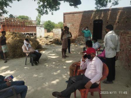 जौनपुर। महाराजगंज क्षेत्र के स्थानीय सामुदायिक स्वास्थ्य केन्द्र की गठित टीम कोरोना वायरस के रूप में फैली महामारी को लेकर गम्भीर है। यह टीम बाहर से आये लोगों को स्वास्थ्य परीक्षण कर रही है। साथ ही लक्षण न मिलने पर सेल्फ क्वारेंटाइन रहने का निर्देश भी दे रही है। इसी क्रम में ग्रामसभा फत्तूपुर में अन्य राज्यों से आये लोगों का स्वास्थ्य परीक्षण किया गया। साथ ही कोई लक्षण न मिलने पर सेल्फ क्वारेंटाइन रहने का निर्देश देते हुये अपील की गयी कि लोग अपने घरों में रहें। बाहर न निकलें। हाथ साबुन से धोते रहें। सोशल डिस्टेंस का पालन करें। इस अवसर पर ग्राम प्रधान राजमणि, डा. ओमकार भारती, राजेश कुमार, उमेश गौतम सहित तमाम लोग उपस्थित रहे।