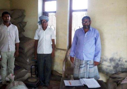 जौनपुर। बदलापुर  तहसील क्षेत्र के ग्राम पंचायत बीरभानपुर में कोटे की दुकान पर शुक्रवार को तीसरे दिन भी भीड़ उमड़ी रही। कोटेदार राकेश यादव कार्डधारकों के हाथों को साबुन से धुलवाने के बाद सोशल डिस्टेंस का पालन करवाते हुये 1 मीटर की दूरी पर घेरा बनाया था। कार्डधारकों को 5 किलो चावल प्रति यूनिट की दर से निःशुल्क दिया गया। देखा गया कि एक तरफ से कार्डधारक राशन लेते हुये दूसरी तरफ से बाहर जा रहे थे। कोटेदार श्री यादव ने बताया कि राशन का वितरण आगामी 26 अप्रैल तक चलेगां।