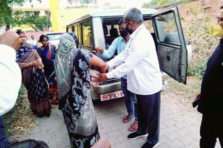 जौनपुर। मां कमला सेवा संस्था के अध्यक्ष राहुल सिंह द्वारा अपने सहयोगियों के साथ रामबाग, विशेषरपुर, मीरपुर, पचहटियां, रशीदाबाद, मुसहर, हरिजन बस्ती के गरीब परिवारों में अनवरत भोजन वितरण किया जा रहा है। इस मौके पर उन्होंने बताया कि भोजन वितरण का यह कार्य तब तक अनवरत चलेगा जब तक लॉक डाउन समाप्त नहीं होगा। श्री सिंह ने कहा कि हमारा संकल्प है कि कोई भी गरीब भूखा न रहे। आप लोग घर में सुरक्षित रहते हुये लॉक डाउन का पालन करें, क्योंकि 'कोरोना को हराना है, भारत को जिताना है।' इस अवसर पर तमाम सहयोगी उपस्थित रहे। नगर के ओलन्दगंज स्थित एक होटल परिसर स्थित सेवा रसोई में रविवार को 150 लोगों का भोजन बनाया गया। पत्रकार परेश सिन्हा द्वारा लॉक डाउन तक गोद लिये गये रामाश्रम कालोनी व गुलरचक में बैंक आफ बड़ौदा सराय कालीदास के शाखा प्रबंधक आशीष अग्रवाल व सिपाह शाखा के ज्वाइन्ट मैनेजर आलोक पाण्डेय द्वारा रिक्शा चालकों, गरीबों, असहायों व बच्चों में भोजन के पैकेट वितरित किया गया। इस सेवा कार्य में समाजसेविका शीला सिन्हा के सुपुत्र लोकेश कृष्ण सिन्हा ने जो अमेरिका में इंजीनियर हैं, ने 25 हजार रूपये का आर्थिक सहयोग किया। 06 सिद्दीकपुर संवाददाता के अनुसार सेण्ट जान्स स्कूल सिद्दीकपुर के प्रधानाचार्य फादर पी. विक्टर ने बताया कि उनका यह सेवा कार्य कोरोना महामारी समाप्त होने तक जारी रहेगा। पुनीत भाव को रखते हुये वह जरूरतमन्दों को खाद्यान्न, सब्जी, साबुन, तेल आदि वितरित कर रहे हैं। इस अवसर पर विद्यालय के वरिष्ठ प्रवक्ता प्रेमशंकर यादव, जौनपुर पत्रकार संघ के अध्यक्ष शशिमोहन सिंह क्षेम, पत्रकार राम दयाल द्विवेदी, प्रधानाध्यापक रामेन्द्र प्रसाद यादव, रत्नाकर सिंह, वीरेन्द्र सिंह, क्षेत्राधिकारी नगर सुशील सिंह आदि उपस्थित रहे। 07 जलालपुर संवाददाता के अनुसार स्थानीय क्षेत्र के चवरी बाजार एवं जलालपुर बाजार में राजस्थानी गरीब मजदूर जो रोज क्षेत्र में फेरी करके अपना भरण-पोषण करते थे, के लिये अमर इण्टर कालेज पराऊगंज आगे आ गया। कालेज के प्रधानाचार्य अमरनाथ यादव ने उपरोक्त असहाय व गरीब मजदूरों को एक सप्ताह का खाद्यान्न सामग्री दिया। इस बाबत पूछे जाने पर प्रधानाचार्य श्री यादव ने बताया कि जब उन्हें पता चला कि उपरोक्त लोग परेशान हैं तो वे विद्यालय परिवार की तरफ से खाद्य सामग्री उपलब्ध कराये। श्री यादव ने कहा कि