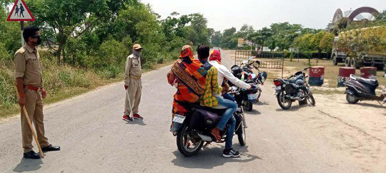 पंकज बिंद जौनपुर। आरक्षी अधीक्षक अशोक कुमार निर्देशानुसार कोरोना वायरस संक्रमण को रोकने के लिये लागू किये गये लॉक डाउन  का उल्लंघन करने वालों के खिलाफ महाराजगंज पुलिस द्वारा जबर्दस्त अभियान चलाया गया। इस दौरान संतोषजनक उत्तर देने वालों को सख्त हिदायत देकर छोड़ दिया गया जबकि सही जवाब न देने पर कई वाहनों का चालान कर दिया गया। इस अभियान में चौकी प्रभारी सदानन्द सिंह, आरक्षी नीतीश यादव सहित अन्य पुलिसकर्मी शामिल रहे।