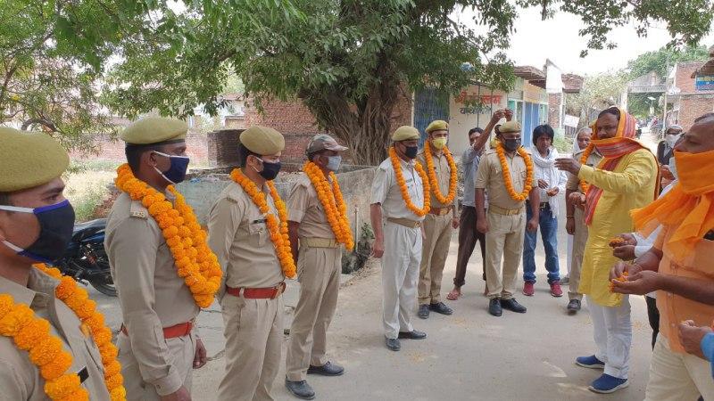 अतुल राय जलालपुर, जौनपुर। स्थानीय क्षेत्र के पराऊगंज पुलिस चौकी के पुलिसकर्मियों का हौंसला बढ़ाने के लिए ब्लाक प्रमुख संदीप  सिंह, भाजपा नेता राम समुझ निषाद एवं पवन चौहान ने गुरुवार को माल्यार्पण करके उनका अभिनंदन किया। साथ ही इस महामारी में पुलिस की ईमानदारी से अपनी ड्यूटी का निर्वहन करने के लिए पत्रक के माध्यम से समस्त पुलिसकर्मियों को बधाई दिया। इस अवसर पर भाजपा नेता वृजेश सिंह, रामसिंह, सुरेन्द्र सिंह, रमेश सिंह, आदर्श चौबे, हितेंद्र दुबे, ब्रम्हदेव मिश्र, संजय पाण्डेय, हरेराम पाल, नितेश कुमार, अवधेश चौहान, ओम प्रकाश सरोज आदि उपस्थित रहे।