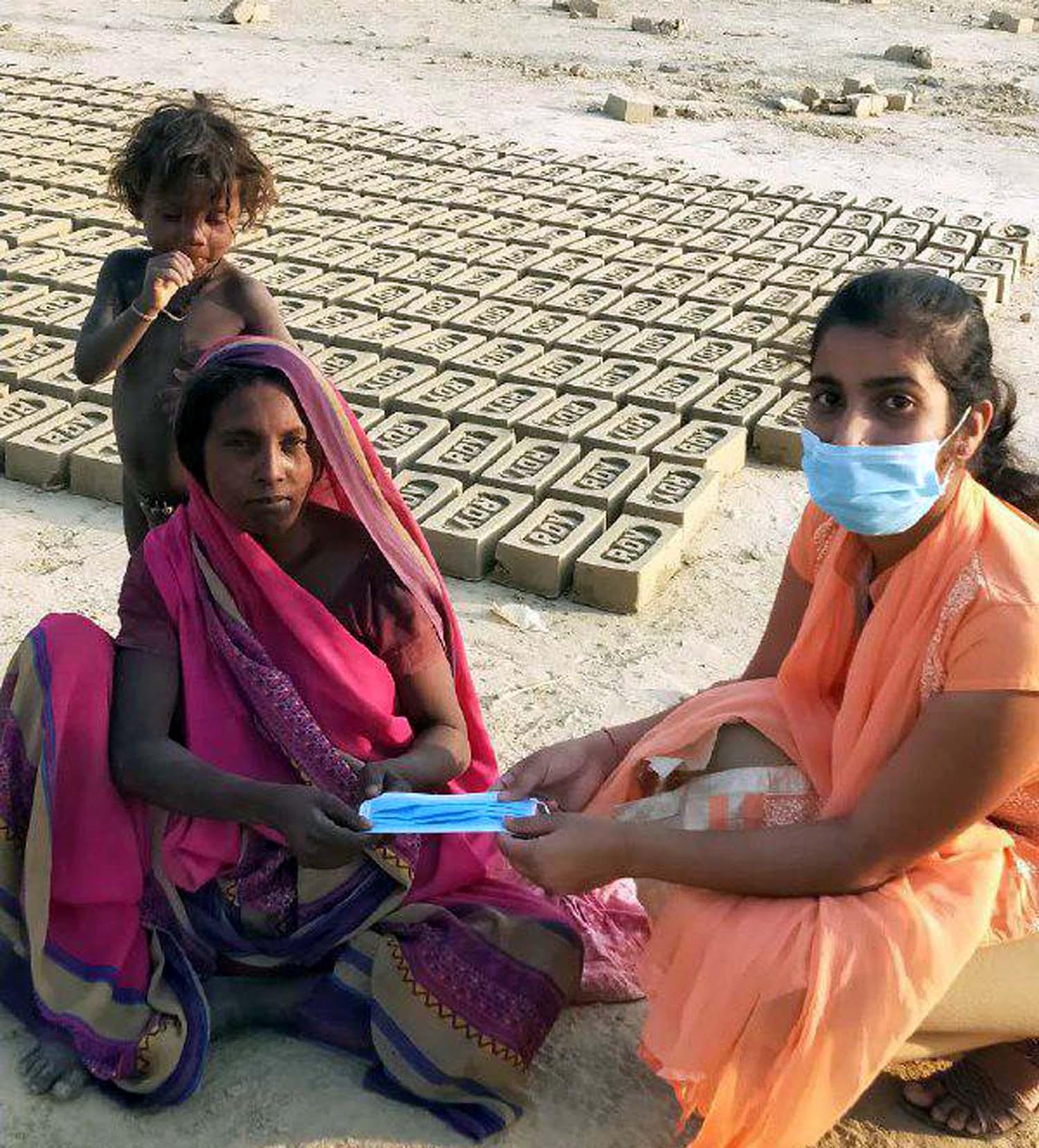 जौनपुर। नगर के टीडी महिला कालेज के राष्ट्रीय सेवायोजना की स्वयंसेविकाओं ने कोरोना को जड़ से समाप्त करने के लिये नाथूपुर, बैजारामपुर, दूल्हेपुर, रामदयालगंज, शिवगुलामगंज में सोशल डिस्टेंस का ध्यान रखते हुये रंगोली, मेंहदी, पोस्टर आदि बनाकर लोगों को इस संक्रमण के प्रति जागरूक किया। साथ ही लोगों आरोग्य सेतु एप लाडनलोड करके लोगों का पंजीकरण भी कराया। इस कार्य में लगी स्वयंसेविका ममता चौबे, वर्षा पाण्डेय, स्नेहा मिश्रा, आरती यादव, श्रद्धा सिंह, शिखा सिंह, शिल्पा सिंह, कृति सिंह आदि ने 'घर में रहें, सुरक्षित रहें, स्वच्छता का ध्यान रखें, कोरोना को मात दें' आदि स्लोगन वाले पोस्ट के माध्यम से लोगों को जागरूक किया। इसी क्रम में ममता चौबे ने दूल्हेपुर के ईंट भट्ठे के मजदूरों को मास्क दिया तो वर्षा पाण्डेय, स्नेहा मिश्रा आदि ने तमाम लोगों को मास्क दिया। इस कार्यक्रम के लिये प्रोत्साहित करने वाली में कार्यक्रम अधिकारी डा. राजश्री सिंह, डा. शालिनी सिंह, डा. पूनम सिंह ने बताया कि सम्पूर्ण कार्यक्रम पूर्वांचल विश्वविद्यालय के कार्यक्रम समन्वयक डा. राकेश यादव एवं जिले के नोडल अधिकारी डा. अजय विक्रम सिंह के दिशा निर्देश में हो रहा है।