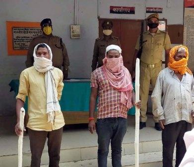 जौनपुर। जफराबाद क्षेत्र के ब्रह्म बाबा मंदिर नाथूपुर के पास सोमवार को तीन हत्यारोपियों को गिरफ्तार कर लिया गया  जिनमें पिता सहित दो पुत्र हैं। मालूम हो कि स्थानीय क्षेत्र के मलूक बहादुरपुर (अहमदपुर) गांव में बीते 19 अप्रैल को विवादित जमीन में उगे शहजन के पेड़ से तोड़ने में दो पक्षों में कहासुनी हो गयी जिस पर एक पक्ष के सुमित्रा, रेखा व लक्ष्मण घायल हो गये। घायलों में लक्ष्मण 21 वर्ष व सुमित्रा 60 वर्ष को गम्भीर चोटें आयी थीं। उस समय दोनों को जिला अस्पताल से वाराणसी भेज दिया गया जहां उपचार के दौरान लक्ष्मण की मौत हो गयी। इधर हत्यारोपियों को पकड़ने में लगे थानाध्यक्ष मदन लाल व चौकी प्रभारी वरूणेन्द्र राय, वीरेन्द्र सिंह, बद्री मौर्य ने तीनों आरोपियों को पकड़ लिया। पुलिस के अनुसार पकड़े गये आरोपियों में शिवकुमार निषाद सहित उसके पुत्र रामबदन निषाद व रामसदन निषाद हैं।