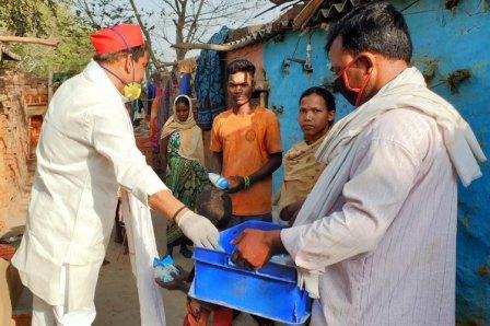 जौनपुर। संविधान निर्माता भारत रत्न डा. भीम राव अम्बेडकर की जयंती पर मंगलवार को जिला पंचायत सदस्य व समाजवादी पार्टी के वरिष्ठ नेता पप्पू रघुवंशी ने तमाम जरूरतमन्दों में 2 कुन्तल दूध का वितरण किया। इसके पहले सुबह अपने पुत्र हर्षवर्धन रघुवंशी व पिन्टू यादव के साथ श्री रघुवंशी जफराबाद विधानसभा क्षेत्र के गुतवन गांव पहुंचे। इस दौरान उपस्थित जरूरतमन्दों को दूध के अलावा ब्रेड, बिस्किट आदि दिया गया। साथ ही बच्चों को चाकलेट भी दिया गया। इस मौके पर सपा नेता श्री रघुवंशी ने लॉक डाउन व सोशल डिस्टंेस का पालन करने की अपील किया।