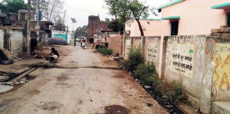 जौनपुर। जनपद के सिरकोनी क्षेत्र के बाकराबाद की धरकार बस्ती जिसकी कुल आबादी 400 है तथा जहां सड़क के दोनों  तरफ नाली बनी हुई है लेकिन उसकी साफ-सफाई लगभग एक साल से बिल्कुल नहीं हो रही है। ऐसे में सड़क के दोनों तरफ की नाली कीचड़ से खचाखच पट करके बजबजा रही है। गांव की साफ-सफाई के लिये सफाईकर्मी की नियुक्ति की गयी है लेकिन सफाईकर्मियों के न आने से बस्ती में बनी नाली गंदगी के चलते संक्रामक बीमारियों केा निमंत्रण दे रही है। बता दें कि आने वाला दिन बरसात का है। यदि नाले की साफ-सफाई अच्छी तरह से नहीं हुई तो आने वाला दिन गम्भीर संक्रामक जैसे बीमारियों का कारण बन सकती है। बताते चलें कि इस समय की महामारी को लेकर देश के प्रधानमंत्री नरेन्द्र मोदी से लेकर सभी लोगों का कहना है कि स्वस्थ व सुरक्षित रहने के लिये घर के अलावा अगल-बगल की समुचित सफाई की जाय लेकिन उपरोक्त बस्ती की तरफ किसी का ध्यान नहीं जा रहा है।